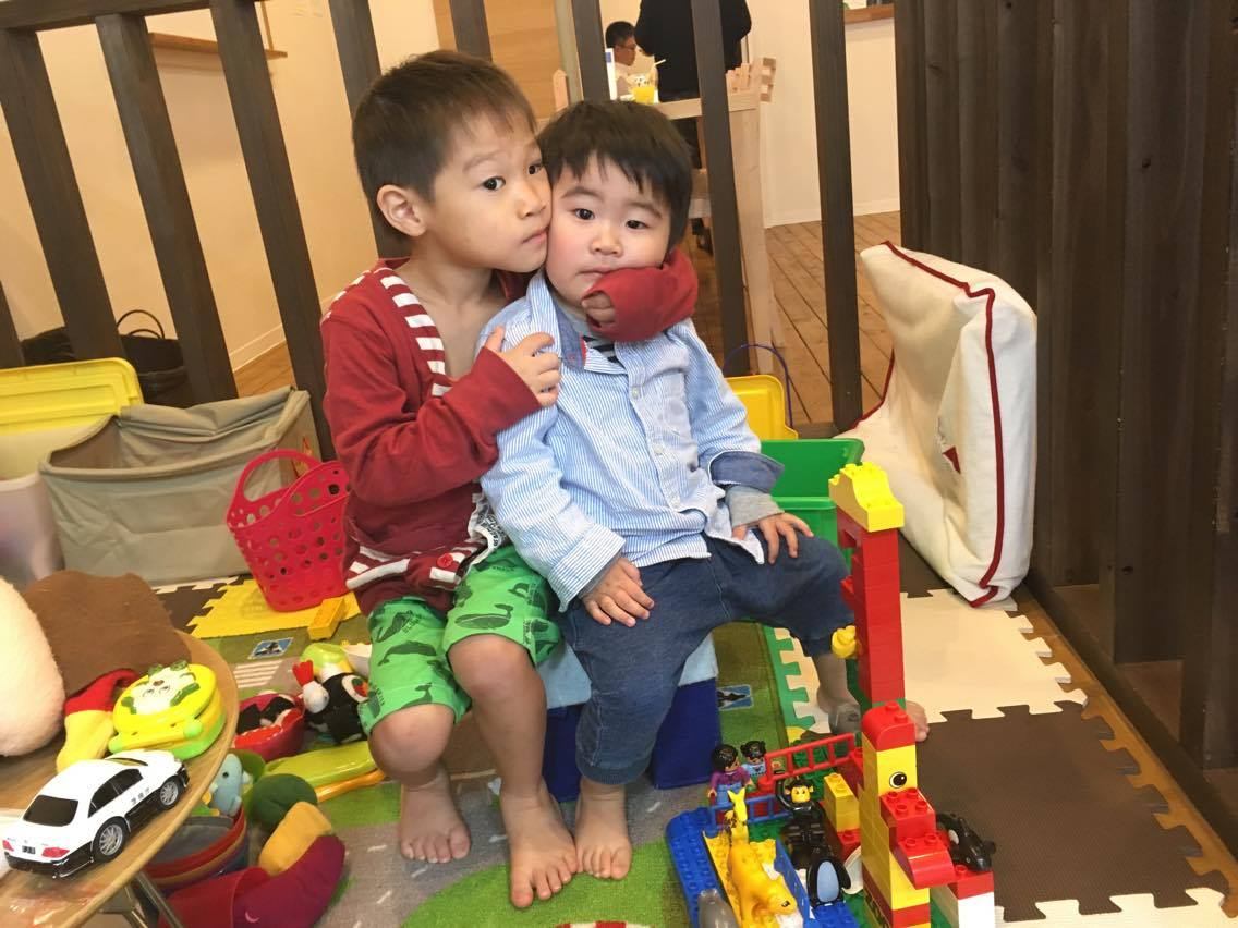 キッズルームで仲良く遊ぶ子ども達